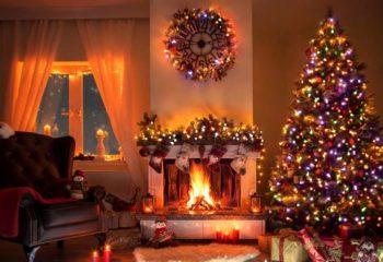 Weihnachtsabend am Kamin in festlich geschmückten Wohnzimmer
